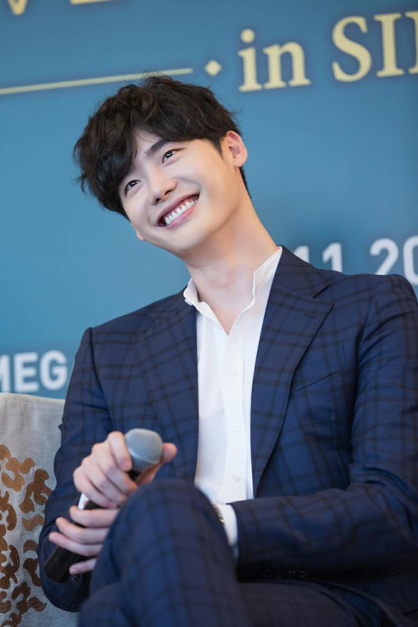 """SINGAPORE] A """"VARIETY"""" Of Charms Greet Fans At Lee Jong"""